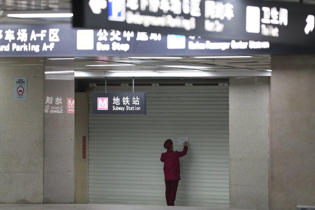 武漢宣布廿三日暫時關閉機場、火車站,離漢通道、公交、地鐵等停運,形同封城。中新社