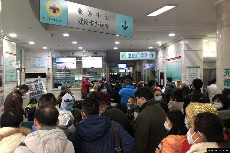 圖為此次疫情爆發地湖北省武漢市協和武漢紅十字會醫院23日發熱門診景況。圖/取自上海《第一財經》