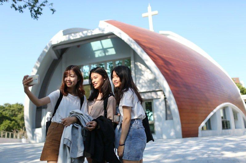 靜宜大學「主顧聖母堂」美輪美奐建築,成了師生與遊客打卡景點,也是台中新地標。圖/靜宜大學提供