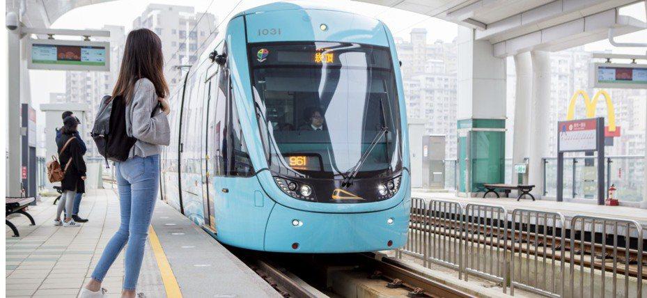 淡海輕軌除加強車站與車廂清潔、消毒外,也針對旅客接觸頻繁的站內設施每8小時消毒1次。圖/新北市捷運局提供
