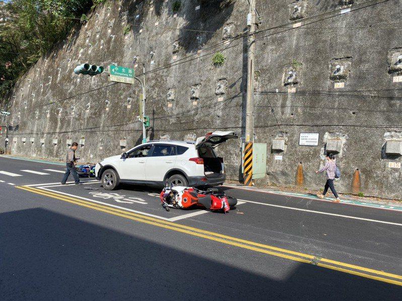 汽車駕駛莫男供稱,他是因未注意路況,沒看到燈號已轉變成紅燈,才會撞上前方停等紅燈的兩輛重機。記者柯毓庭/翻攝