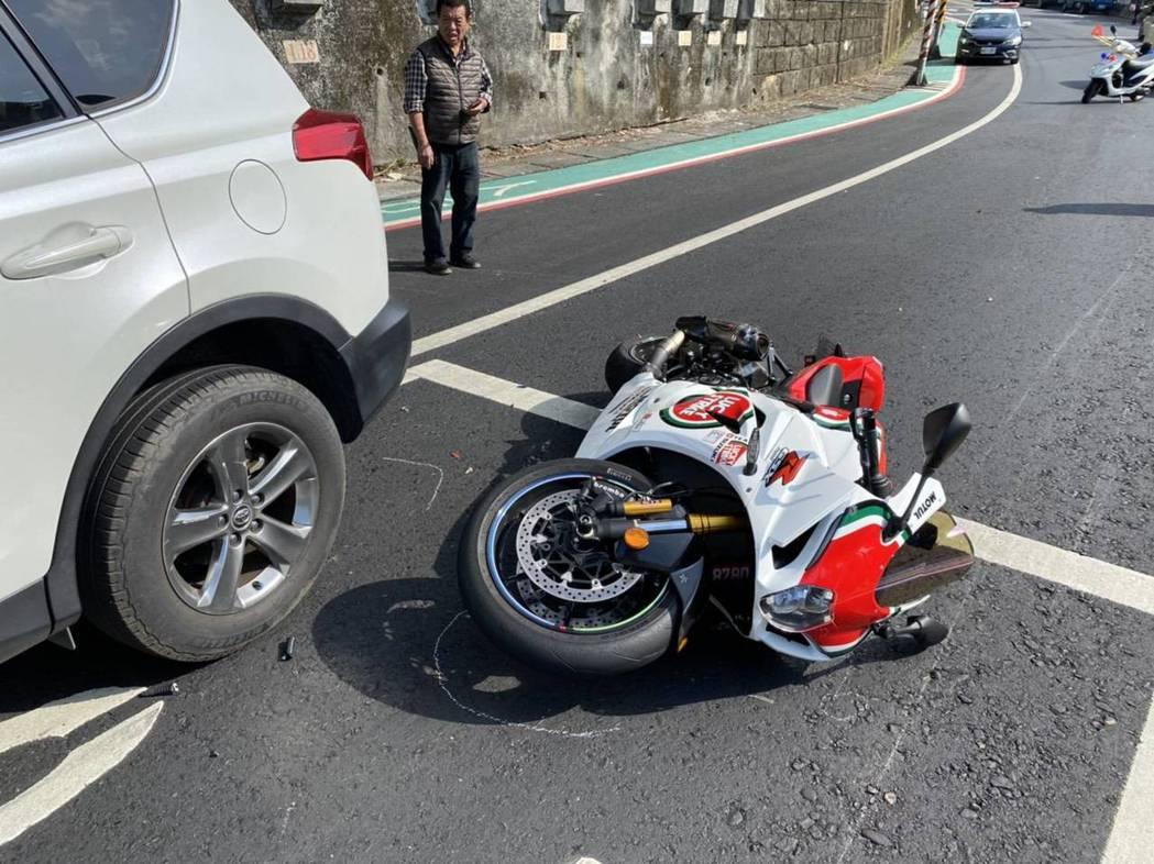 遭撞的阿魯重機散倒在地,兩名駕駛分受小腿骨折、擦挫傷,經送醫後暫無大礙。記者柯毓...