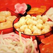 農曆新年前,香港人喜歡四處購買賀年食品,放到「全盒」內。圖/摘自香港旅遊發展局網...