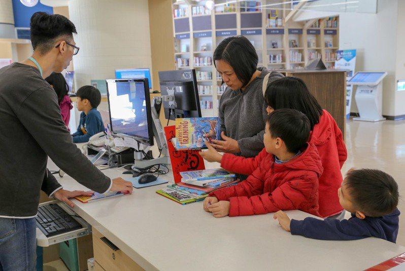 台中市立圖書館新年電子書24小時新年不打烊,4萬5千冊電子書、107種期刊可隨時借閱,除夕1月24日至初三1月27日休館,初四起開館。圖/台中市立圖書館提供