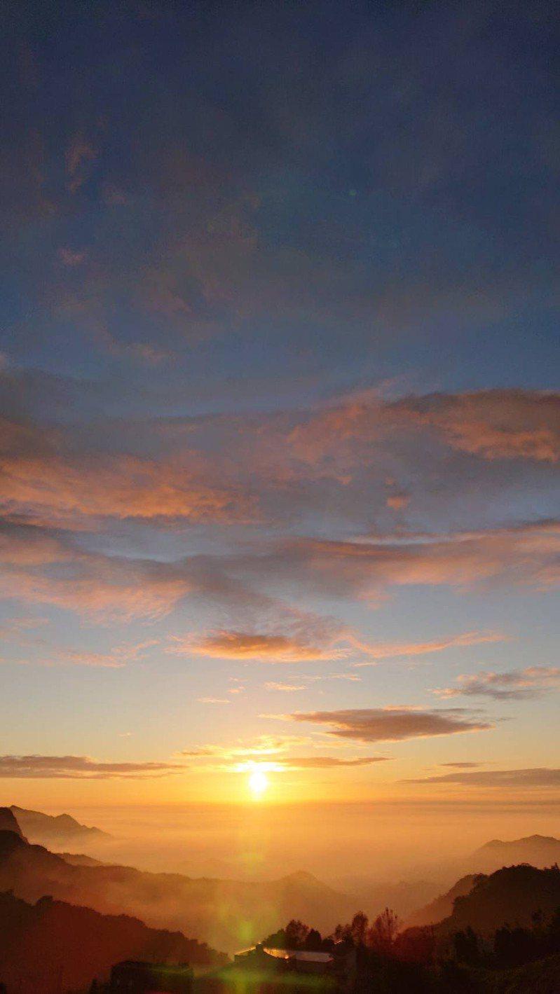 嘉義縣竹崎鄉中和村的石棹5大步道群周邊有許多美景可供欣賞,其中霞之道出口向西,遊客能看見夕陽與雲霧、茶園呼應的景色。圖/洪銀盛提供