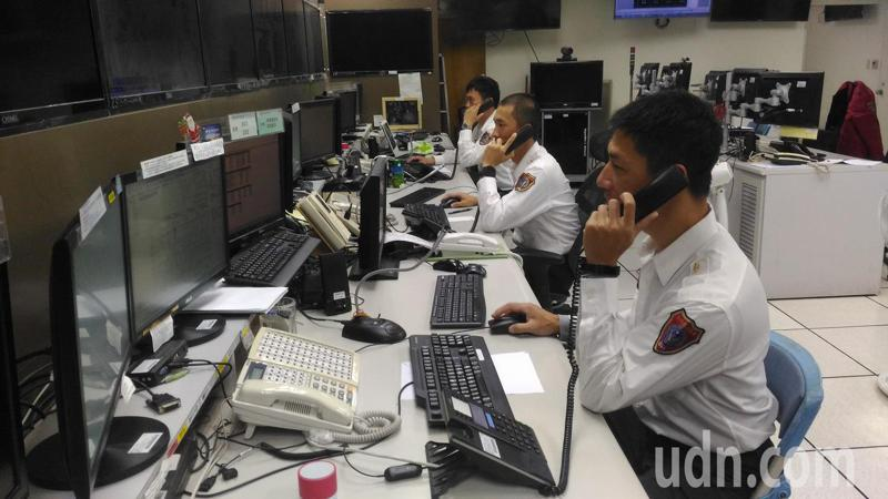 台南消防局災害應變中心值勤人員,春節期間24小時待命,堅守工作崗位。記者黃宣翰/攝影