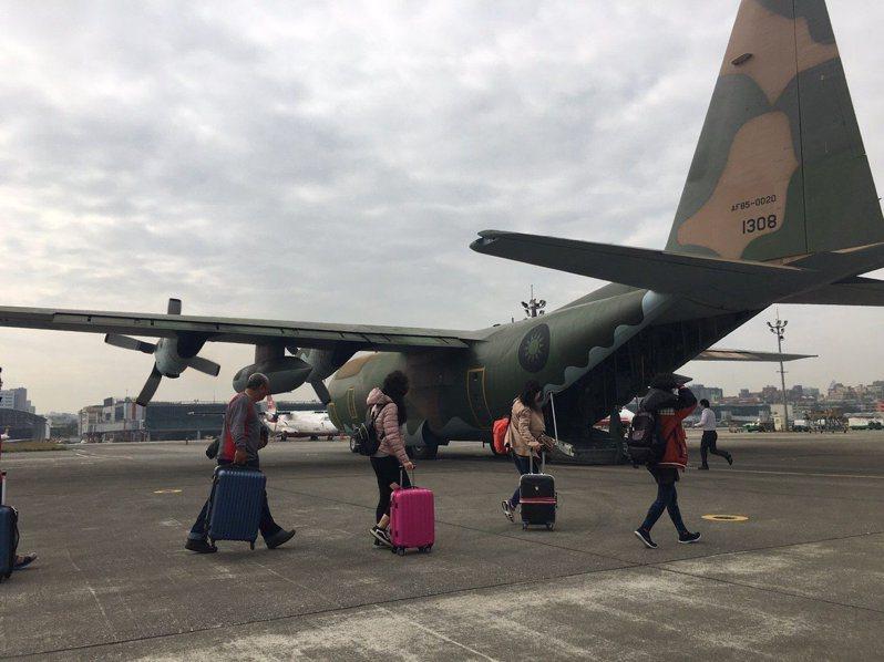 空軍第六混合聯隊特別派遣C-130型運輸機,啟動春節疏運任務,但原訂4點從高雄飛往澎湖的疏運班機,因人數差距過大,暫緩執行。圖/空軍第6混合聯隊提供