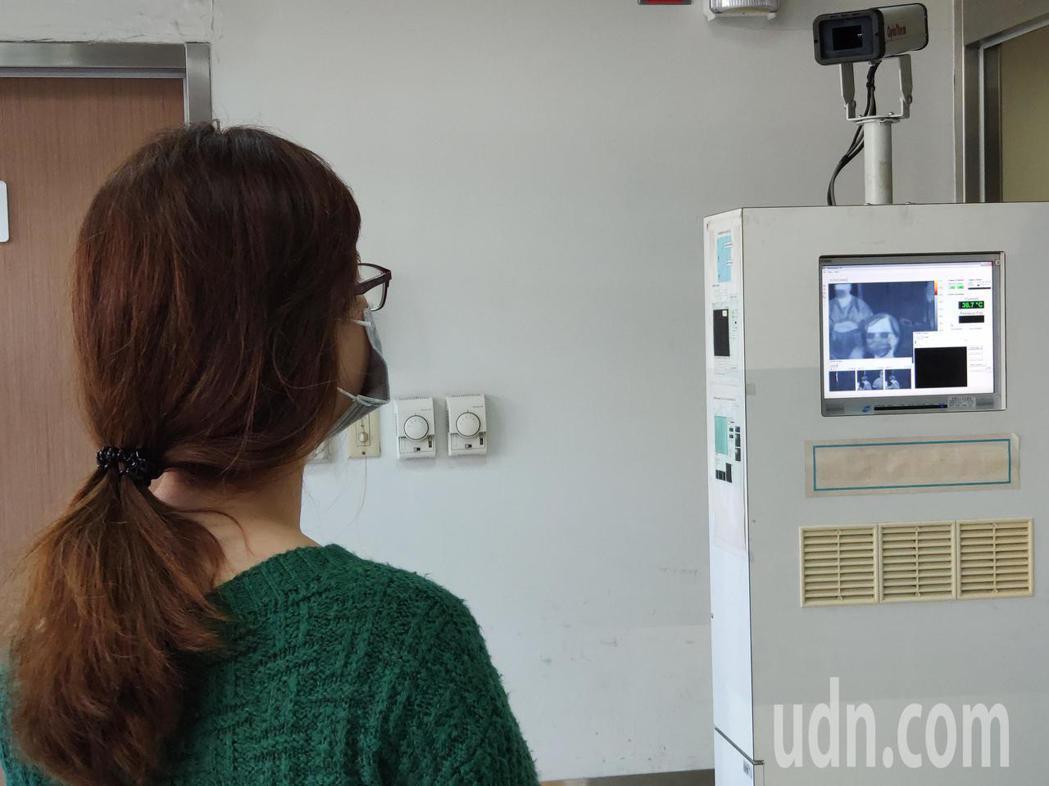 防疫再升級 ,奇美急診門口設紅外線體溫偵測器。記者謝進盛/攝影