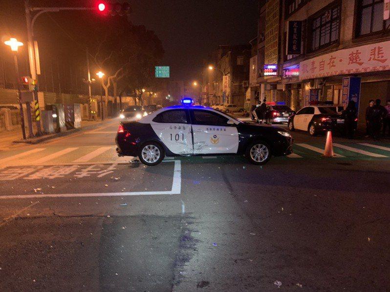 警方開啟警示燈鳴笛追查違規白色汽車,白車突然闖紅燈,警方通過時,遭小貨車側撞,幸無人受傷。記者劉星君/翻攝