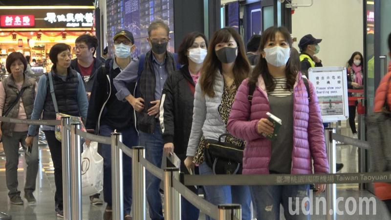 今天是農曆除夕,上午有不少民眾準備利用春節出國旅遊,桃園機場湧現排隊人潮,由於武漢肺炎疫情擴大,不少民眾帶著口罩來報到。記者鄭超文/攝影