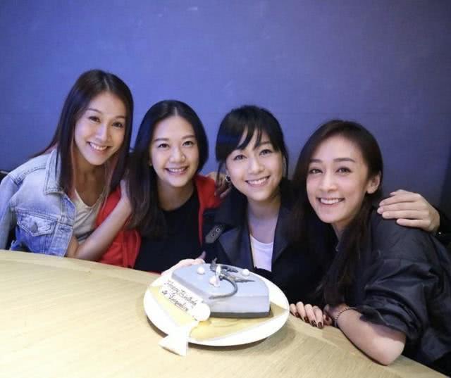 黃心穎(右1)秀出4姊妹聚會照。圖/摘自IG