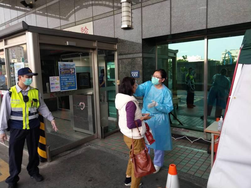 嘉義一所醫院急診室今天下午有一名從武漢返國的台商患者,出現發燒及類流感症狀,院方為求謹慎,立即將其轉入負壓隔離病房治療,並通報衛生局檢驗。圖/院方提供