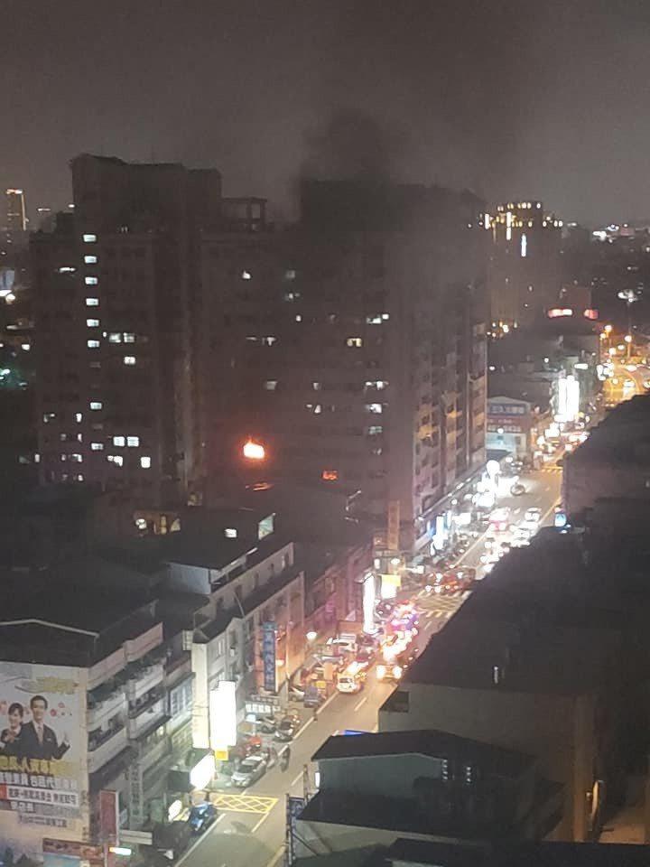 除夕夜不平靜!台中市大里區中興路二段一棟15層樓住宅的6樓,晚間發生火警,警消表示,6樓全面燃燒,立即佈線搶救,傷亡、財損待查。圖/台中市消防局提供
