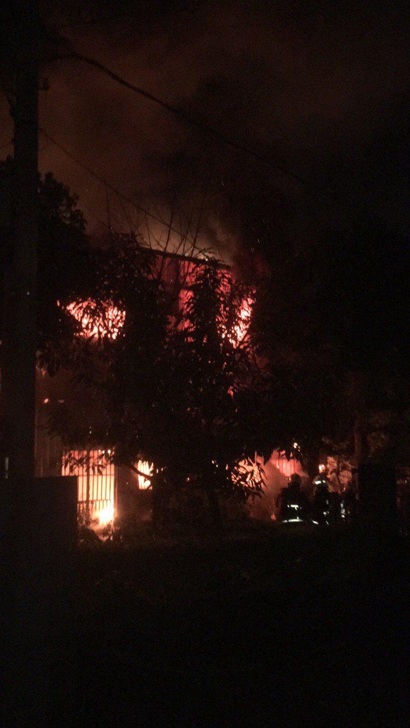 位於新北市泰山區泰山路段上的慈濟環保站今天晚間9時許因不明原因發生大火,幸無人傷亡。圖/新北市消防局提供