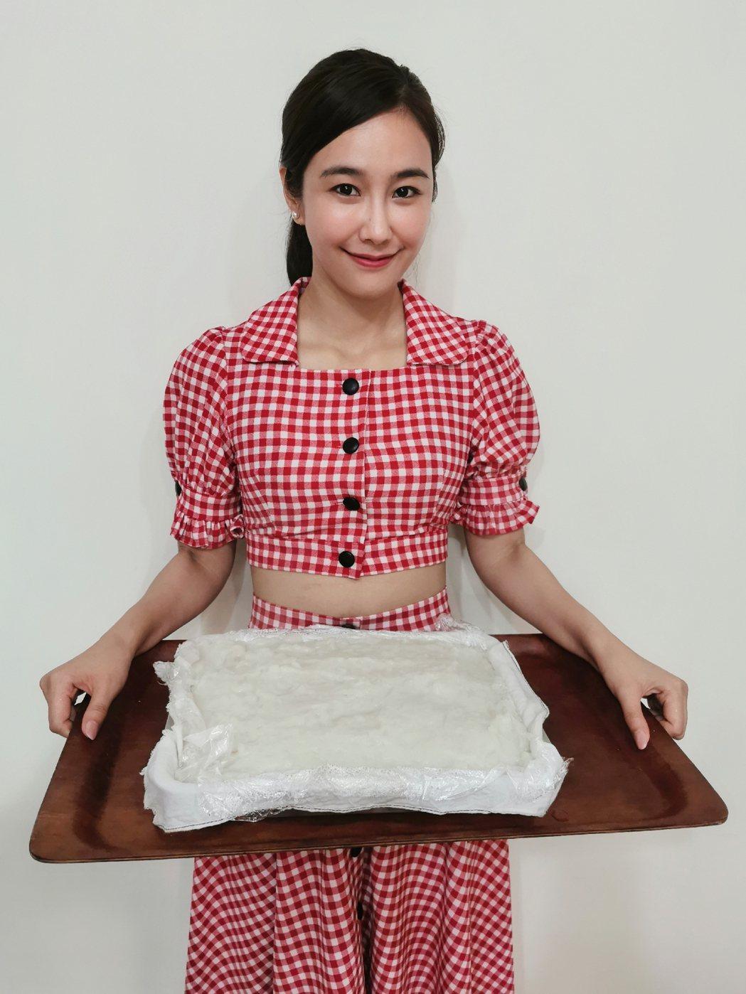 黃心娣第一次自己動手做蘿蔔糕。圖/周子娛樂提供