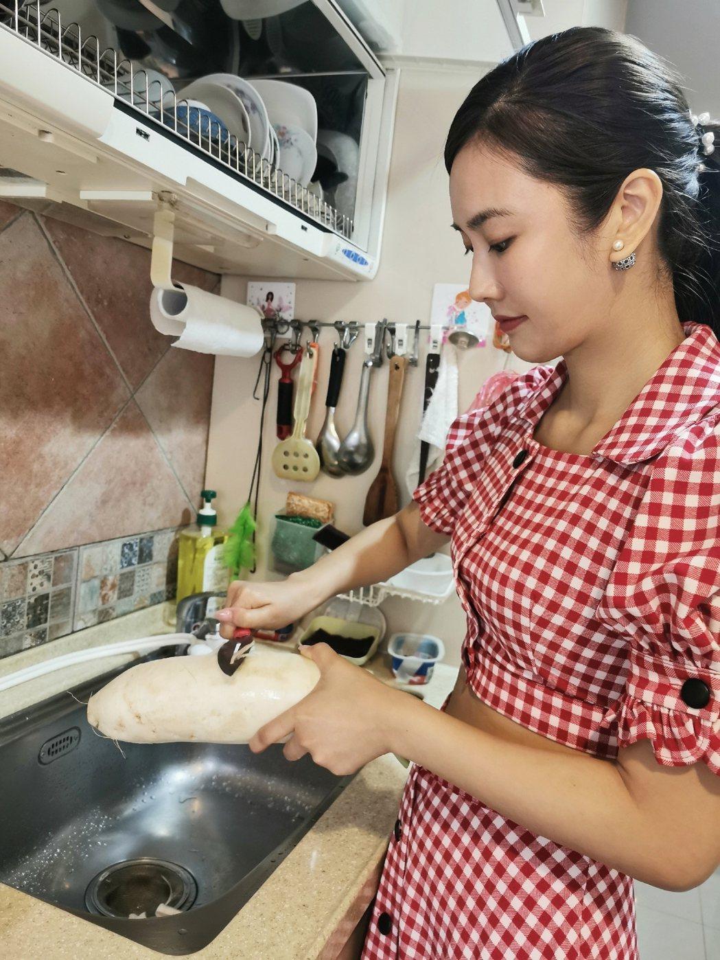 黃心娣自製蘿蔔糕,從削蘿蔔開始做起。圖/周子娛樂提供