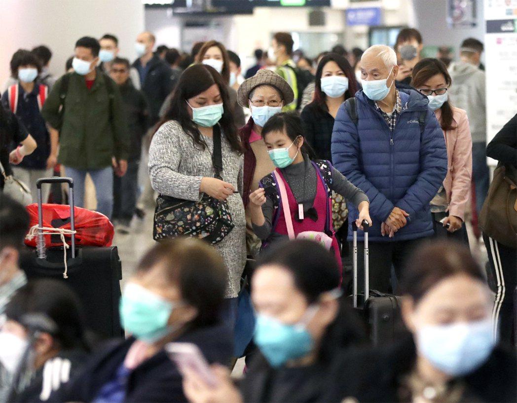 圖為香港民眾於火車站候車,人人戴起口防感染武漢肺炎。美聯社
