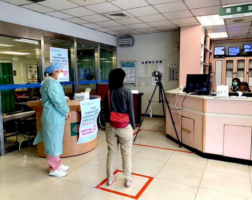 防杜武漢疫情入侵,高雄長庚醫院急診區已進行體溫量測篩檢。 聯合報系資料照片/記者...