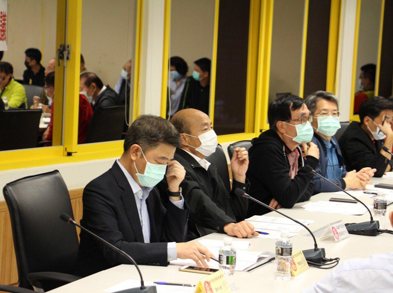高雄市長韓國瑜(左二)今天晚上召開「第三次嚴重特殊_傳染性肺炎應變會議」,宣布高...
