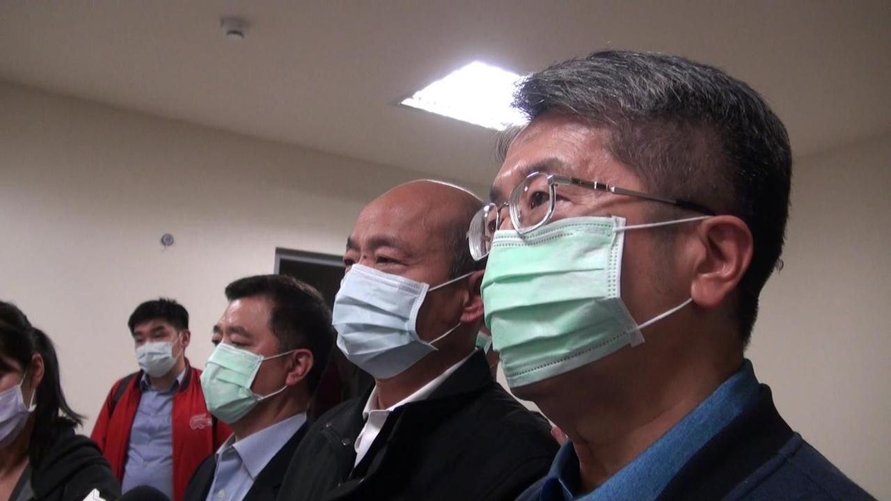 高雄市長韓國瑜(右二)宣布針對武漢肺炎的防疫,高雄市提升為一級開設。右一為高雄衛...