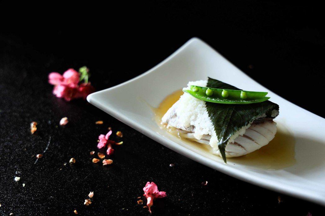 煮物:道明寺櫻花蒸;以春天甘美的櫻鯛,佐道明寺粉與櫻花葉包覆,呈現多層次的口感與...