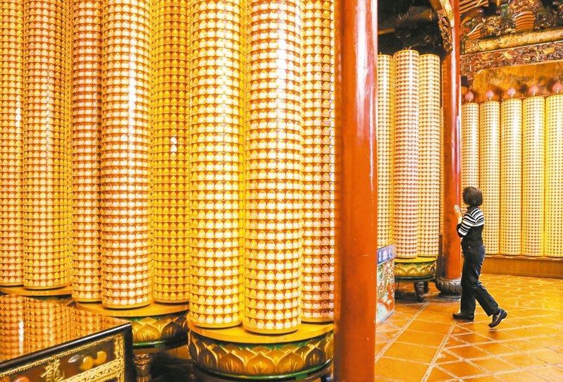 新年到,不少民眾會至各大廟宇付費點光明燈,祈求新的一年平安順利。但很少人知道,提倡環保的行天宮也可點「免費」光明燈,包含「祭元辰」或「祭星補運」,都可讓信徒提升運勢,讓祈求的事情如願以償。 本報資料照片