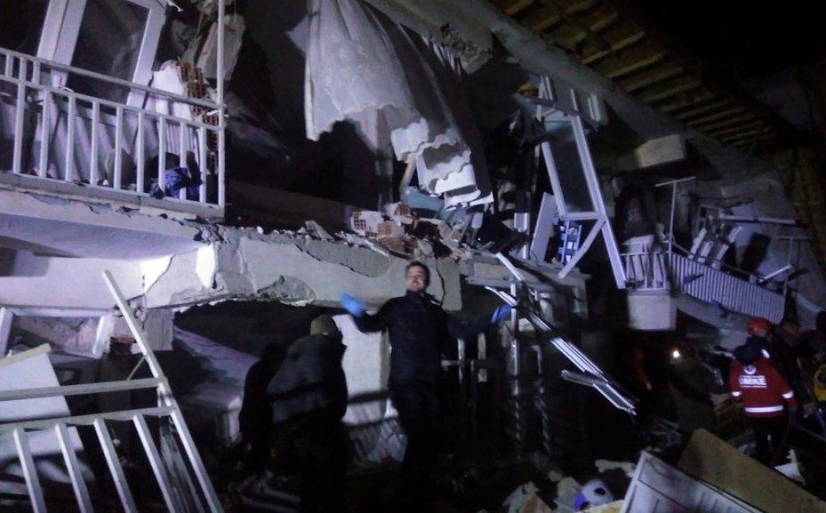 土耳其東部艾拉齊省發生規模6.8地震,許多房屋倒塌災情嚴重。路透