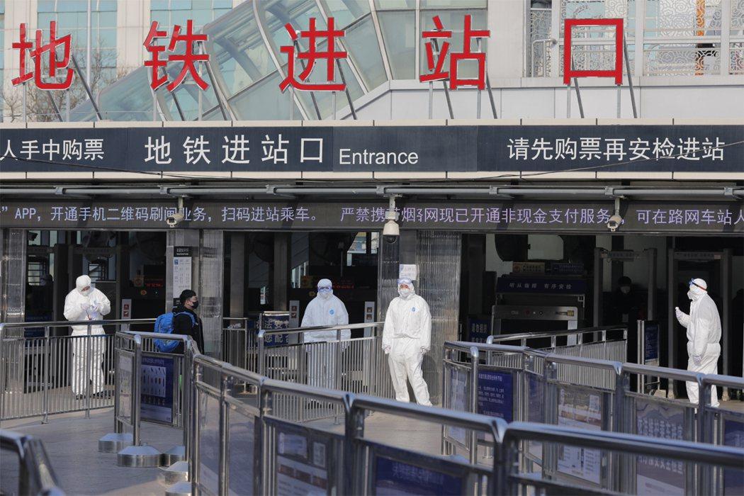 武漢肺炎爆發至今在中國已造成41名患者死亡,確診人數為1287例,全球感染人數共...