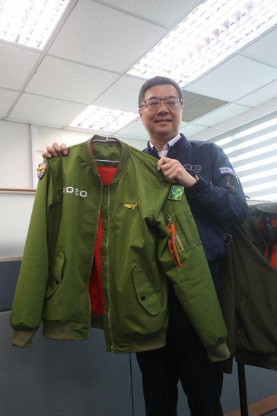 民進黨主席卓榮泰偏好穿著飛行夾克,他手上拿的是2020總統大選時期出的飛行夾克。中央社