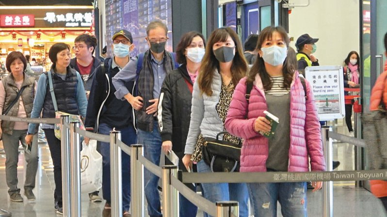 2019新型冠狀病毒(俗稱武漢肺炎)疫情於一個多月前爆發之後,全球確診病例到今天已超過1300個,絕大多數發生在中國,特別是湖北省的武漢,41個死亡病例全都出現在中國。圖為24日農曆除夕,不少準備要出國旅遊的民眾,戴著口罩前往機場報到。 聯合報系資料照片/記者鄭超文攝影