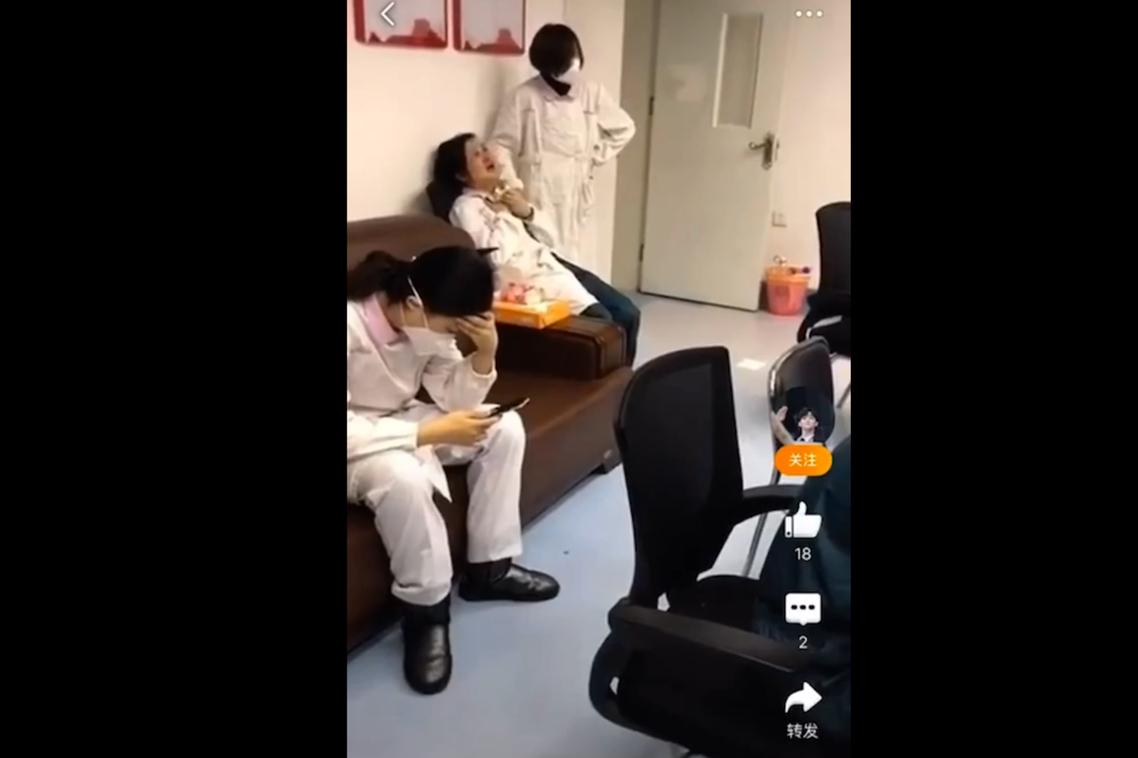 再也撐不住隔離疫區巨大身心壓力而哭泣的護理師。 圖/截自微博