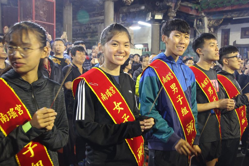 台灣體大生黃登顯(左三)與鄭宜瑄(左二)分別獲得南瑤宮「拜頭香」活動男女組第一名。記者林敬家/攝影