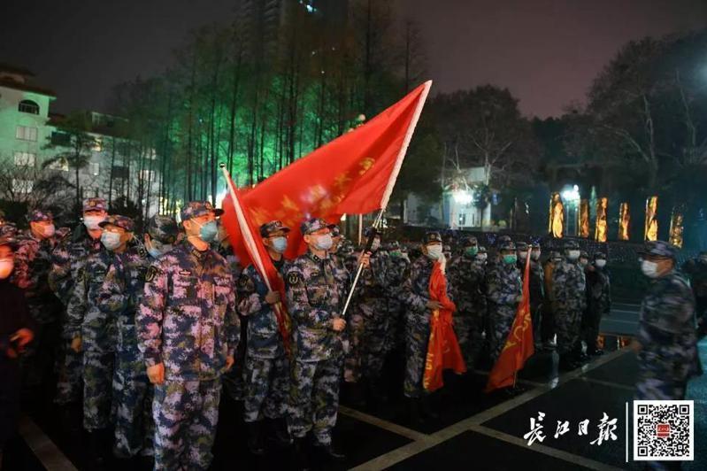 湖北24日一天就新增180例新型肺炎患者,中共解放軍除夕夜派出450人的醫療團隊前進武漢支援。(取自《長江日報》)