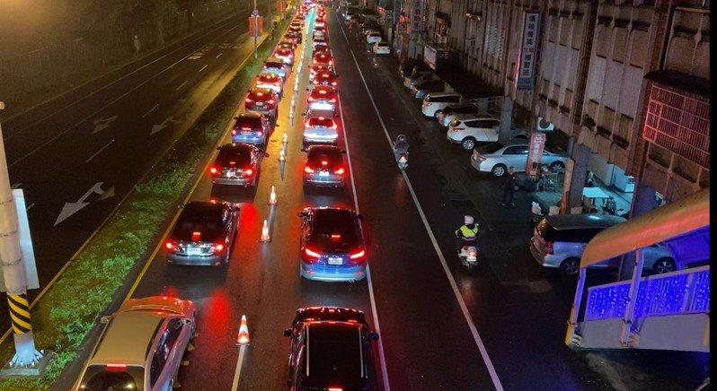 春節大年初一走春人車潮多,蘇澳改(台9線)凌晨4點就出現大量南下車潮,加上天氣多雲短暫雨,導致蘇澳地區車潮從蘇花改東澳端一路回堵到蘇澳軍人公墓前。圖/警方提供