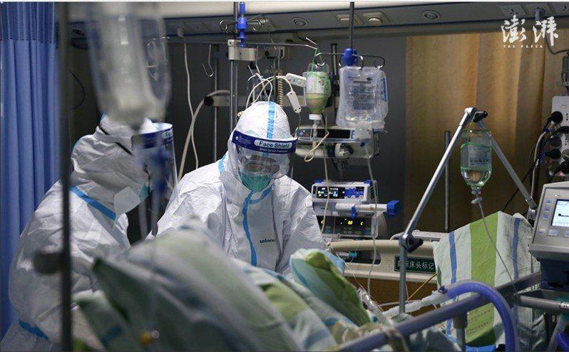圖為武漢中南醫院重症隔離病房醫護人員在救治新型冠狀病毒肺炎患者。(取自上海《澎拜新聞》)
