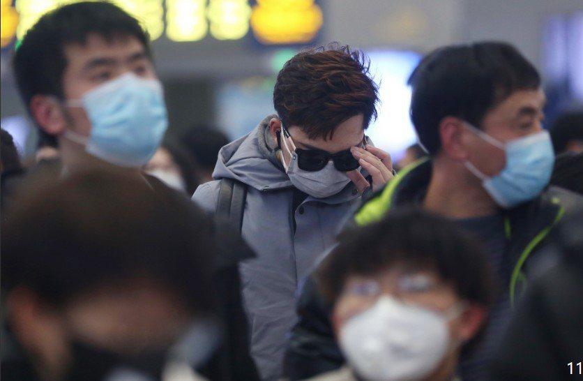 圖為上海虹橋車站,旅客都已戴上口罩自保。(取自上海《澎湃新聞》)