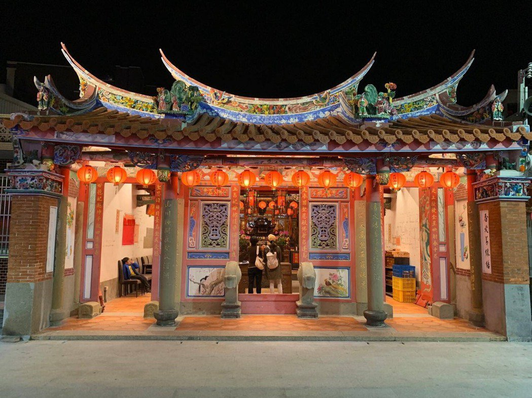 新竹市政府再邀請國際大獎肯定的設計師黃暖晰操刀,為香山天后宮設計燈光,當地居民紛...