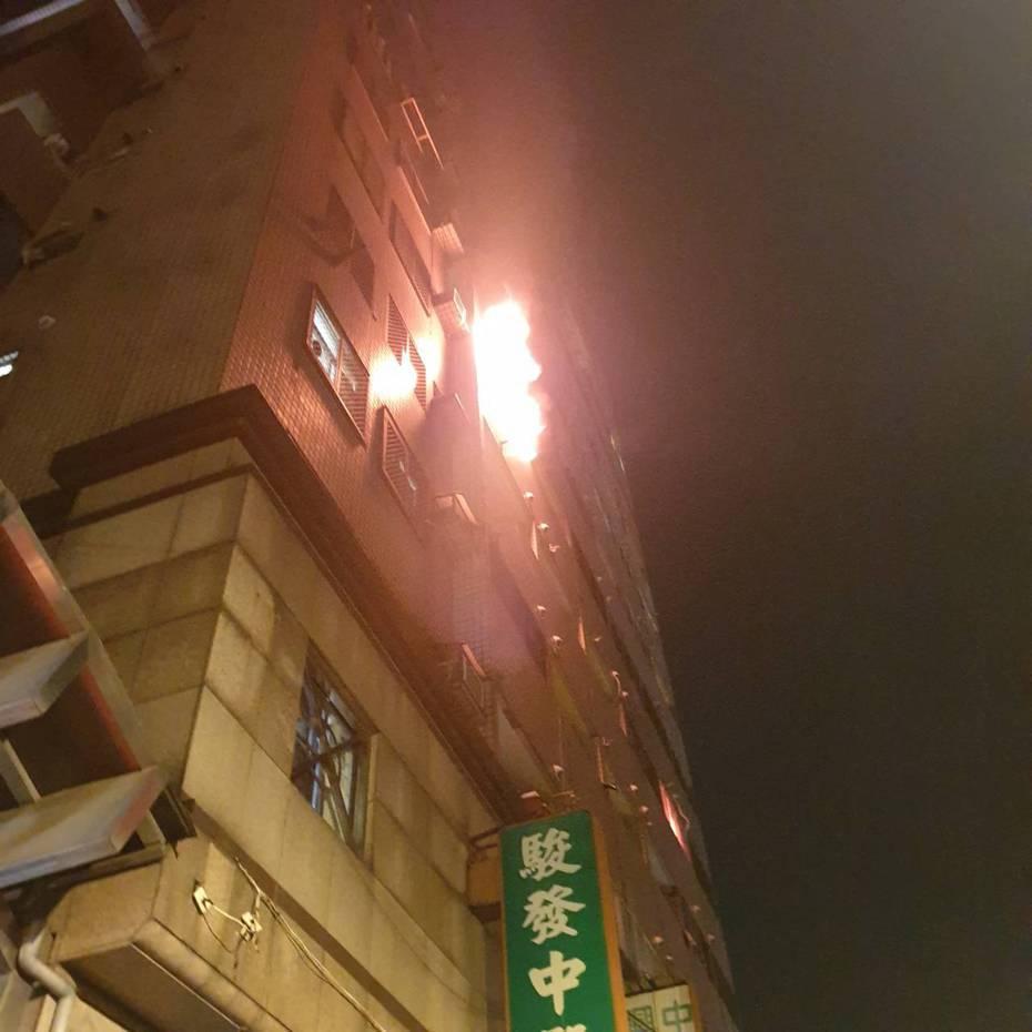 台中市大里區中興路二段的大樓昨天晚間8時許傳出火警,6名住戶倉皇逃生,幸無人員傷亡。記者陳宏睿/翻攝