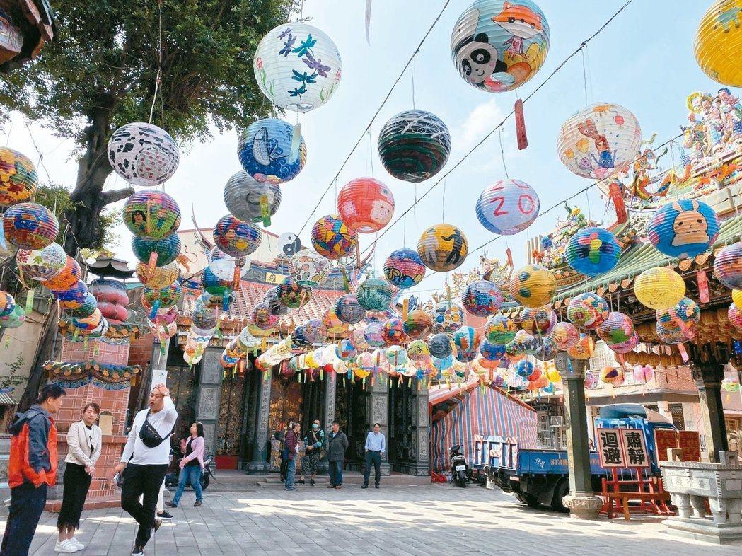 位在台南市中西區的普濟殿每年都會舉辦燈會,吸引國內外遊客朝聖。 記者鄭維真/攝影