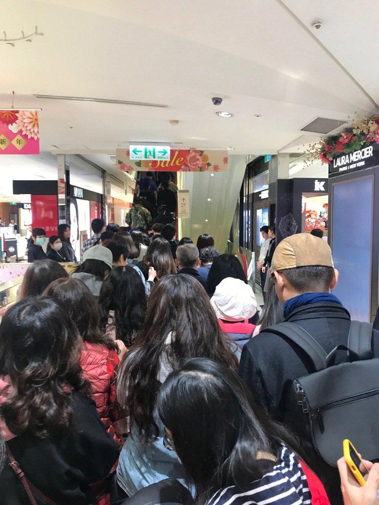 忠孝館SOGO一開店,手扶梯已擠滿買福袋民眾。記者江佩君/攝影