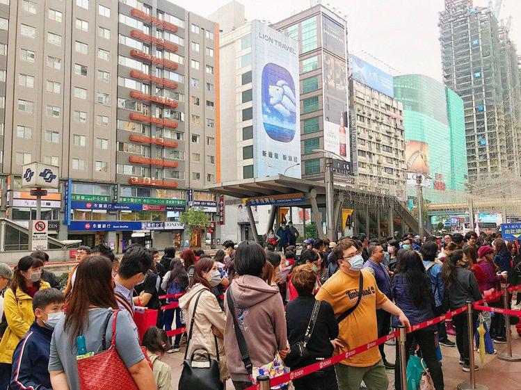 今年百貨福袋人潮,不少民眾戴上口罩預防疫情。記者江佩君/攝影