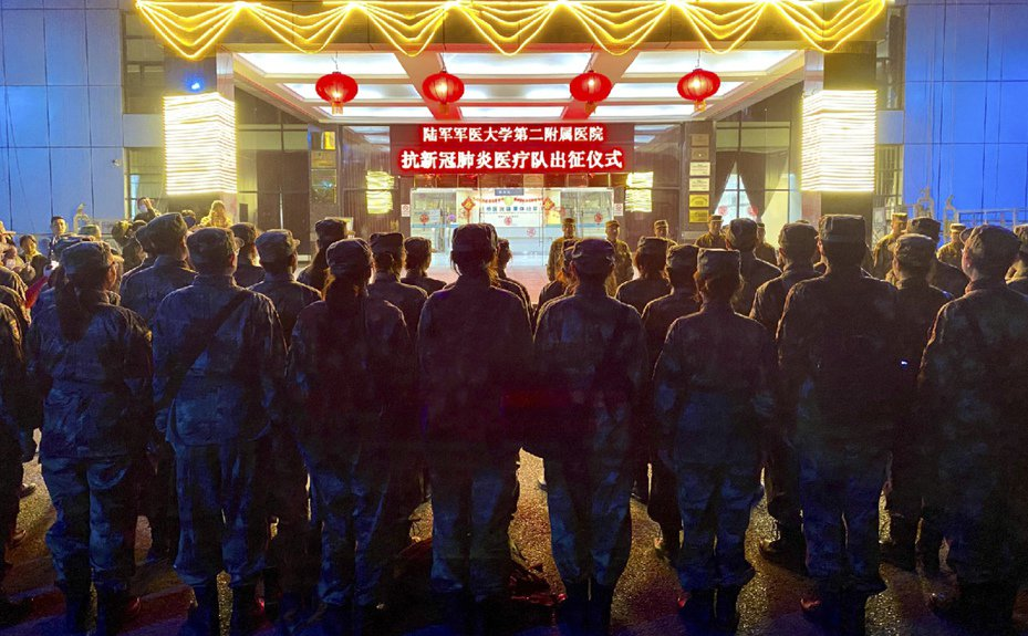 除夕夜,共軍陸軍軍醫大學組建的150人醫療隊連夜從重慶出發,飛赴武漢。(新華社)