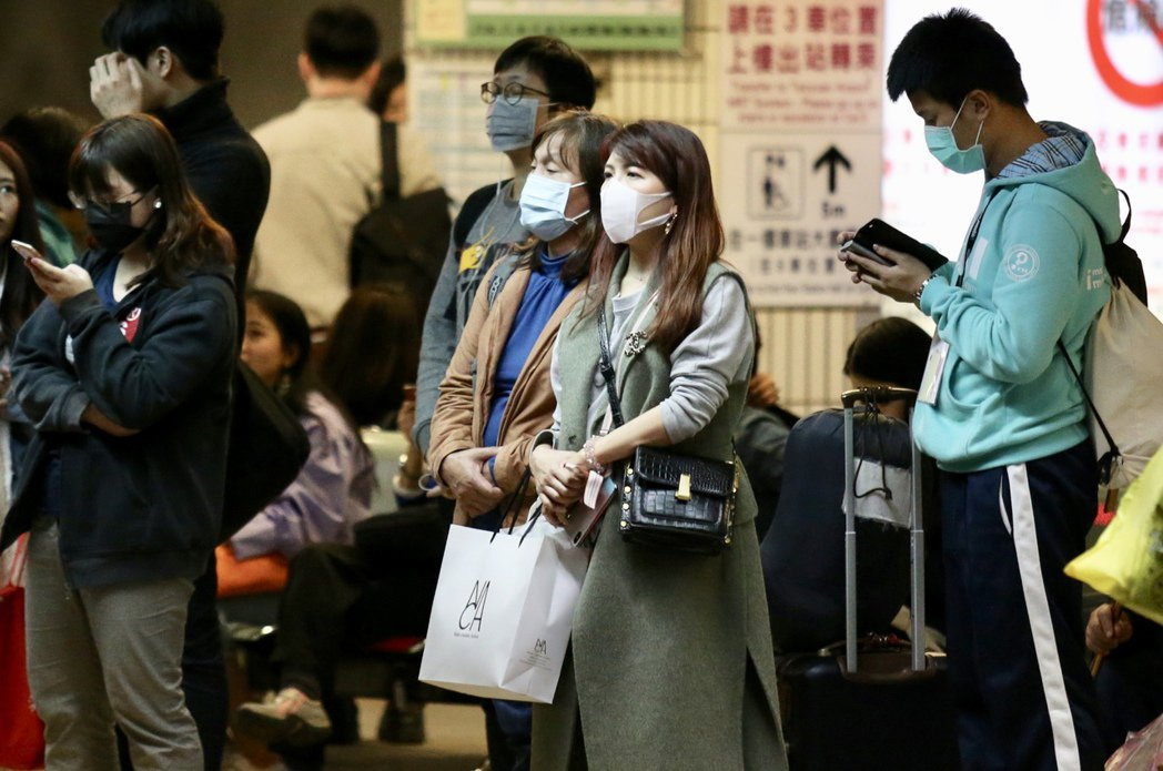 雙和醫院胸腔內科主任李岡遠說,若是在空曠的環境中,可暫時卸下口罩,人潮擁擠處則建...