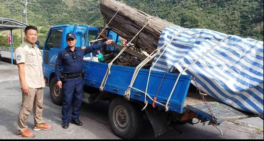 竊嫌將竊得的台灣繪木搬上車的過程已被暗中掌握,今天凌晨1時載出時在台20線被警方攔下,罪證確鑿。記者潘欣中/翻攝