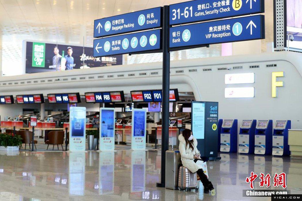 圖為武漢天河機場23日10時過後,因武漢封城旅客已寥寥無幾。(中新網)
