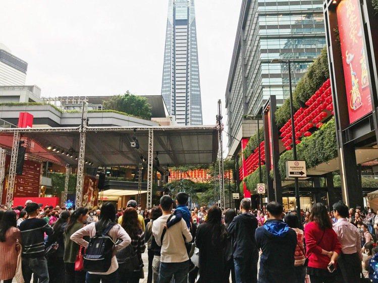 大年初一,信義商圈逛街人潮相當熱鬧。記者江佩君/攝影