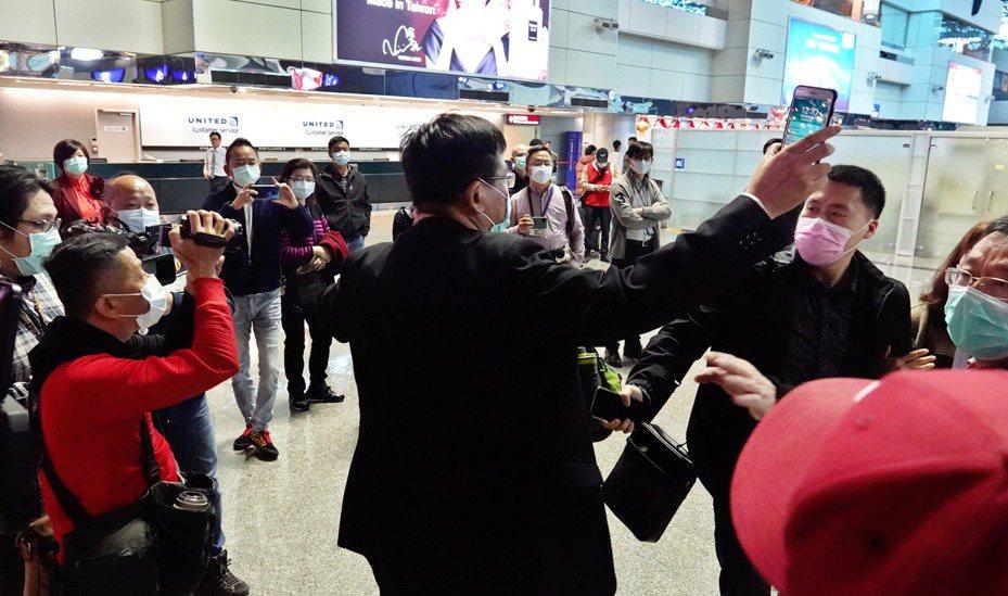 被中央流行疫情指揮中心的要求提前離台的武漢團之一中午前往桃園機場搭乘班機返回大陸,兩位團員看到媒體採訪突然情緒失控叫囂,觀光局工作人員趕緊介入打圓場,才終止了這場爭執。記者鄭超文/攝影