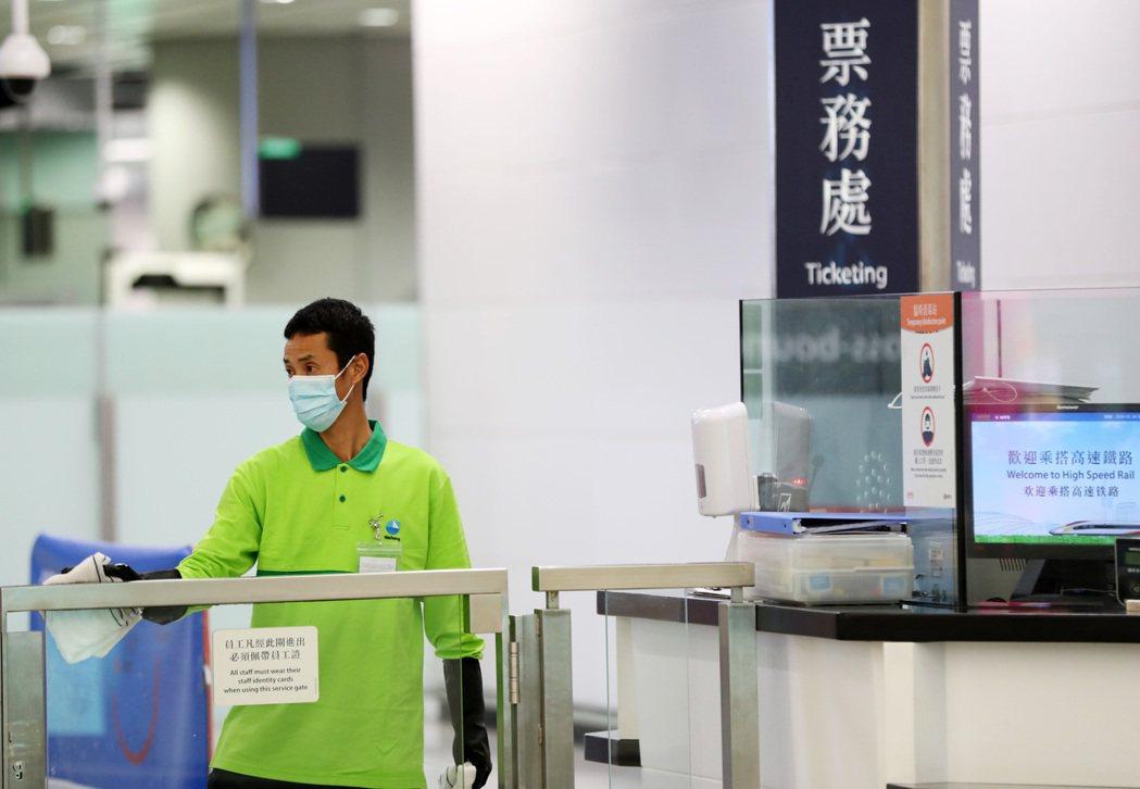 香港政府積極應對新型冠狀病毒感染肺炎疫情。圖為1月24日,工作人員在香港西九龍站...