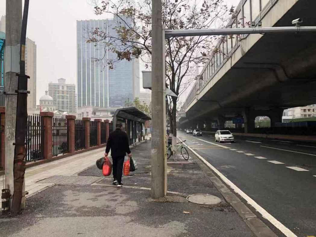 1月23日上午,武漢公共交通停運後,市民選擇自行開車、步行或單車出行。(中新社)