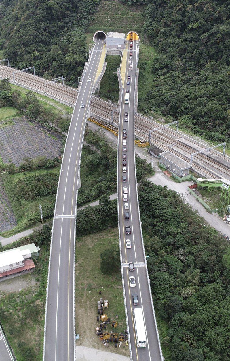 蘇花公路改善工程在農曆春節前全線通車,大年初一不少車輛湧上蘇花改南下車道,造成全線壅塞不已。記者許正宏/攝影